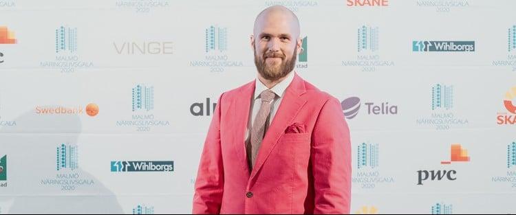 Per Svensson i rosa kostym